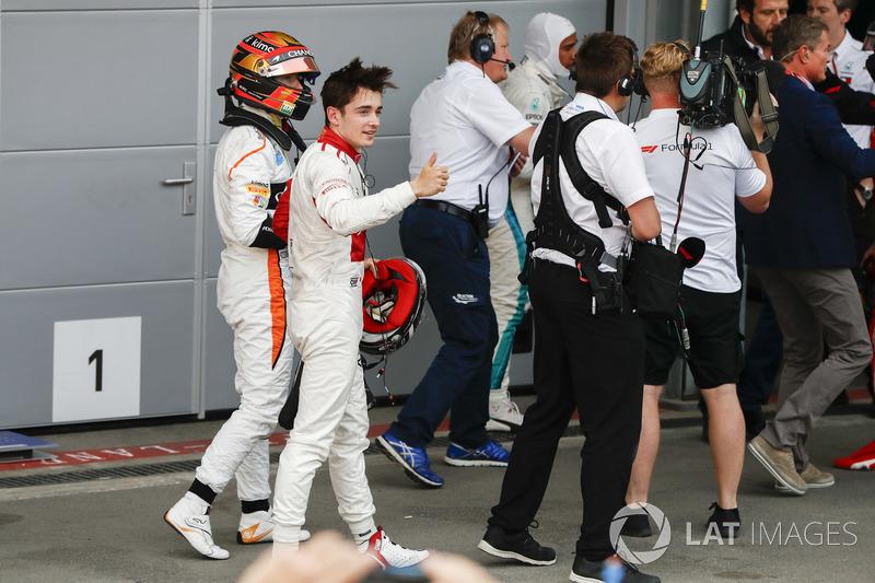 Stoffel Vandoorne, McLaren, e Charles Leclerc, Sauber, nel parco chiuso
