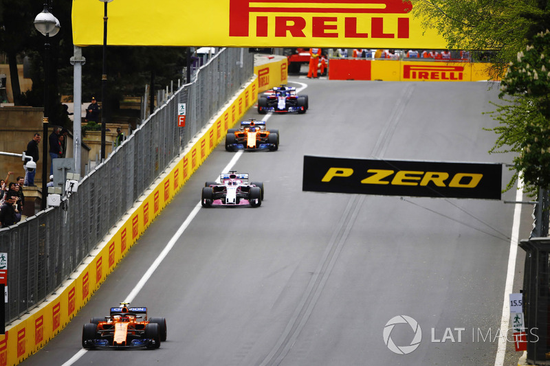Stoffel Vandoorne, McLaren MCL33 Renault, Sergio Perez, Force India VJM11 Mercedes, y Fernando Alonso, McLaren MCL33 Renault