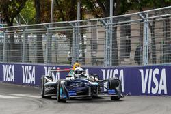 El actor Idris Elba conduce el coche de la Fórmula E