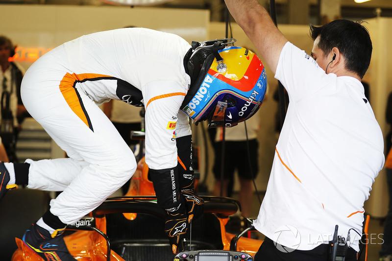 Fernando Alonso, McLaren, sube a su coche