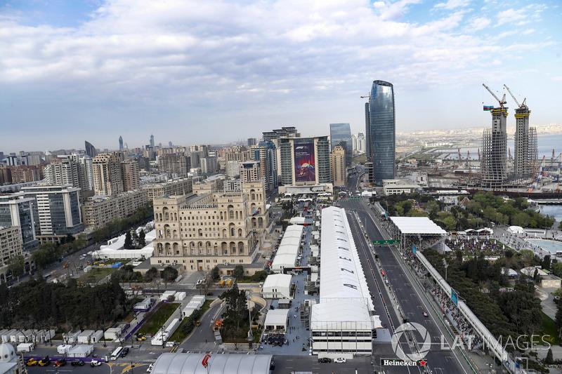 Una vista aérea de la recta de boxes, pit lane y edificios circundantes durante la Calificación