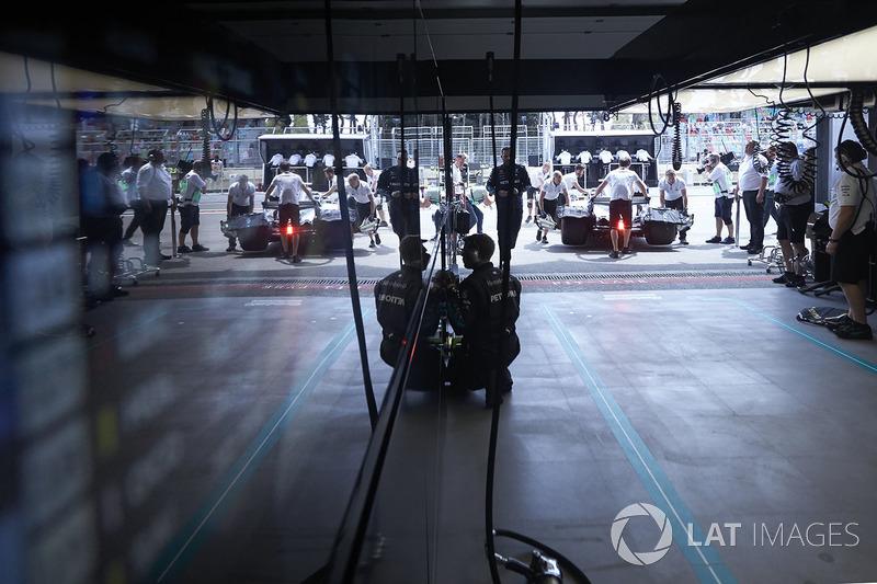 Valtteri Bottas, Mercedes AMG F1 W09, returns to the garage