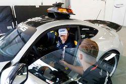 Esteban Ocon, Force India VJM11 Mercedes, regarde la voiture de sécurité