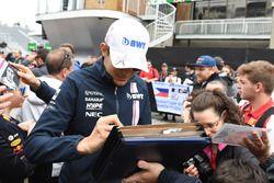 Esteban Ocon, Force India F1, signe des autographes