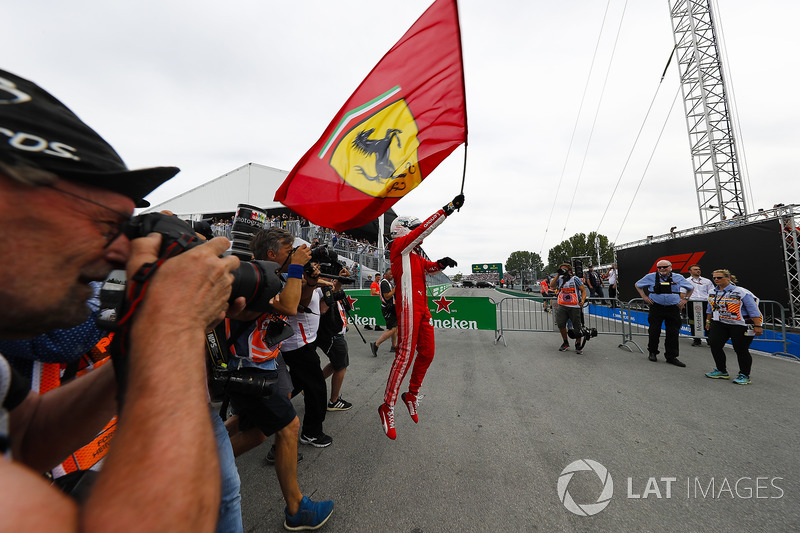 Sebastian Vettel, Ferrari, celebra su triunfo en Canadá con una bandera