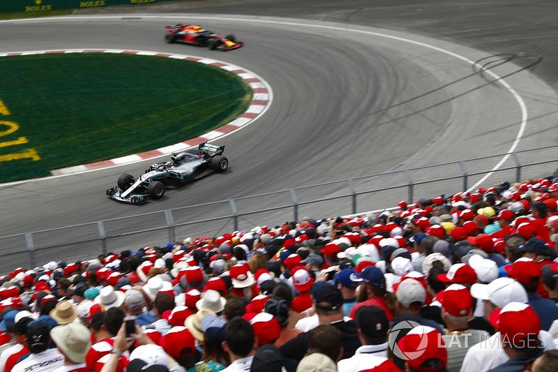 Lewis Hamilton, Mercedes AMG F1 W09, devant Daniel Ricciardo, Red Bull Racing RB14