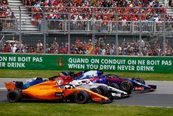 Fernando Alonso, McLaren MCL33, met Marcus Ericsson, Sauber C37 en Pierre Gasly, Toro Rosso STR13