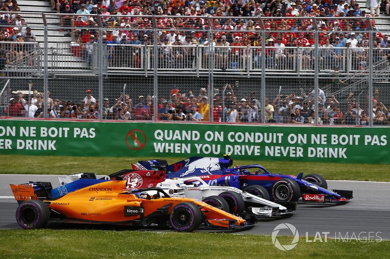 Fernando Alonso, McLaren MCL33, lotta con Marcus Ericsson, Sauber C37 e Pierre Gasly, Toro Rosso STR13