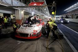 Pit stop, #12 Manthey Racing Porsche 991 GT3 R: Otto Klohs, Lars Kern, Mathieu Jaminet, Sven Müller