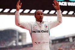 Ganador de la carrera Lewis Hamilton, Mercedes AMG F1 W09, celebra en parc ferme
