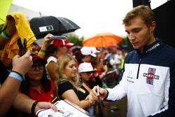 Sergey Sirotkin, Williams, taraftarlara imza dağıtıyor