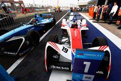 Ganador de la carrera Felix Rosenqvist, Mahindra Racing, celebra regresando al parc ferme con Sébast