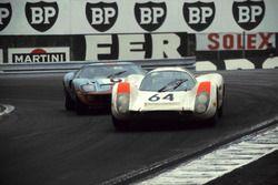 Hans Herrmann, Porsche 908 lidera a Jacky Ickx, John Wyer Automotive Ford GT40