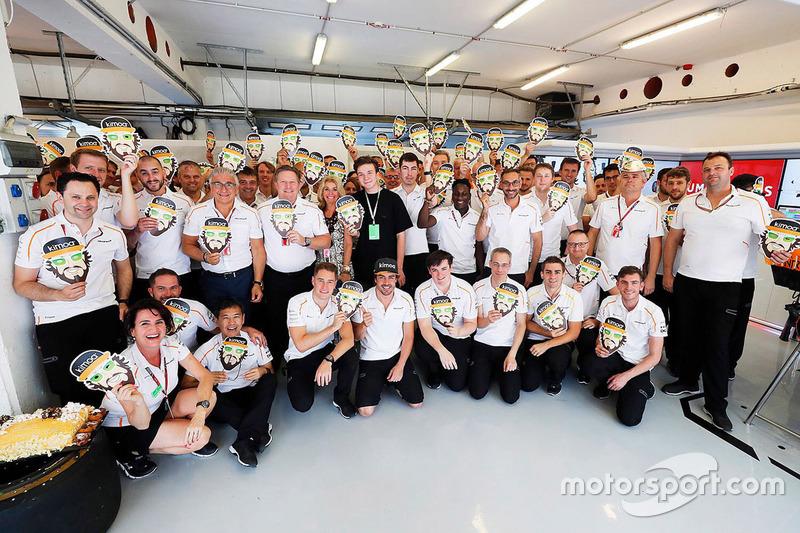Celebración del 37º cumpleaños de Fernando Alonso, McLaren