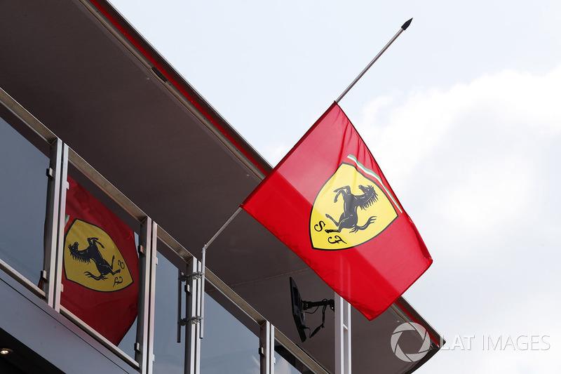 Banderas de Ferrari a media asta en honor a Sergio Marchionne