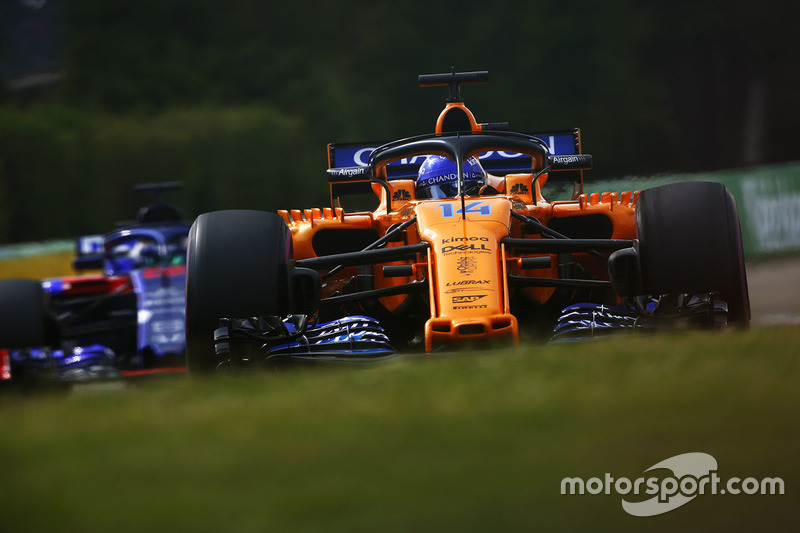 Fernando Alonso, McLaren MCL33, y Brendon Hartley, Toro Rosso STR13