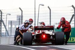 Mecánicos y Marcus Ericsson, Sauber C37