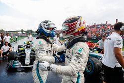 Valtteri Bottas, Mercedes AMG F1 W09 y Ganador de la pole Lewis Hamilton, Mercedes AMG F1 W09 celebran Parc Ferme