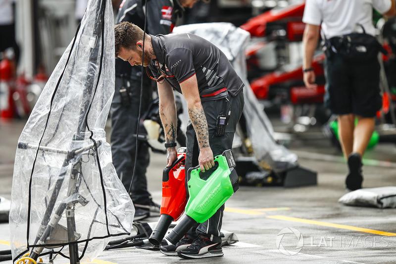 Les mécaniciens Haas sèchent le box