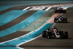 Kevin Magnussen, Haas F1 Team VF-17, leads Marcus Ericsson, Sauber C36
