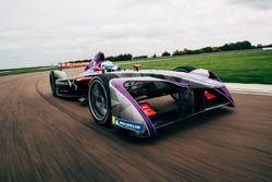 Coche de DSV-03 Fórmula E en acción