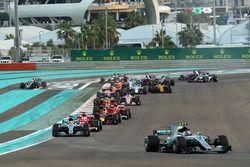 Valtteri Bottas, Mercedes-Benz F1 W08 aan de leiding bij de start, Kevin Magnussen, Haas F1 Team VF