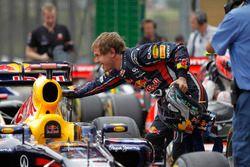 Sebastian Vettel, Red Bull Racing RB7 Renault viert zijn pole