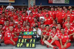 Celebración de equipo de Ferrari para celebrar la primera victoria de Felipe Massa, Ferrari