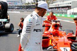 Le troisième Lewis Hamilton, Mercedes AMG F1, inspecte la voiture du poleman Sebastian Vettel Ferrari SF70H