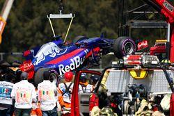 Les commissaires évacuent la monoplace de Brendon Hartley, Scuderia Toro Rosso STR12