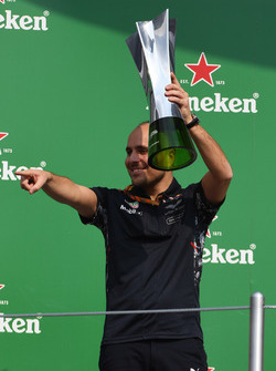 Gianpiero Lambiase, Red Bull Racing Race Engineer celebrates on the podium with the trophy