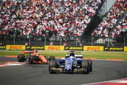 Marcus Ericsson, Sauber C36, Stoffel Vandoorne, McLaren MCL32