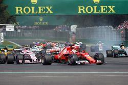 Lewis Hamilton, Mercedes-Benz F1 W08 victime d'une crevaison après un contact avec Sebastian Vettel, Ferrari SF70H