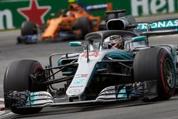 Lewis Hamilton, Mercedes AMG F1 W09, Stoffel Vandoorne, McLaren MCL33