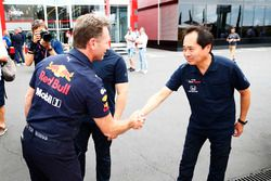 Christian Horner, Team Principal, Red Bull Racing, shakes hands with Toyoharu Tanabe, F1 Technical Director, Honda
