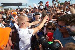 Valtteri Bottas, Mercedes AMG F1, signe des autographes pour les fans