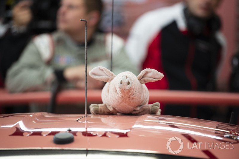#92 Porsche GT Team Porsche 911 RSR: Michael Christensen, Kevin Estre, Laurens Vanthoor, maialino rosa, mascot