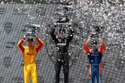 Josef Newgarden, Team Penske Chevrolet, Ryan Hunter-Reay, Andretti Autosport Honda, Scott Dixon, Chip Ganassi Racing Honda, festeggiano sul podio