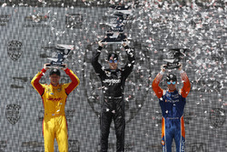 Podio: Josef Newgarden, Team Penske Chevrolet, Ryan Hunter-Reay, Andretti Autosport Honda, Scott Dixon, Chip Ganassi Racing Honda celebran