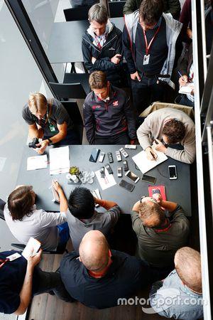 Romain Grosjean, Haas F1 Team, parle aux médias, dont le commentateur Ben Edwards
