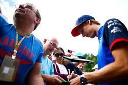 Brendon Hartley, Toro Rosso, signs autographs for fans
