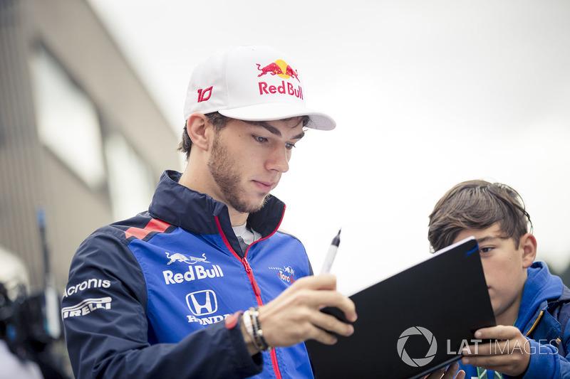 Pierre Gasly, Scuderia Toro Rosso signe un autographe