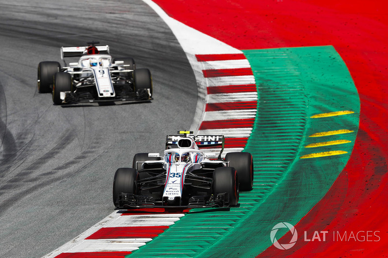Sergey Sirotkin, Williams FW41 leads Marcus Ericsson, Sauber C37