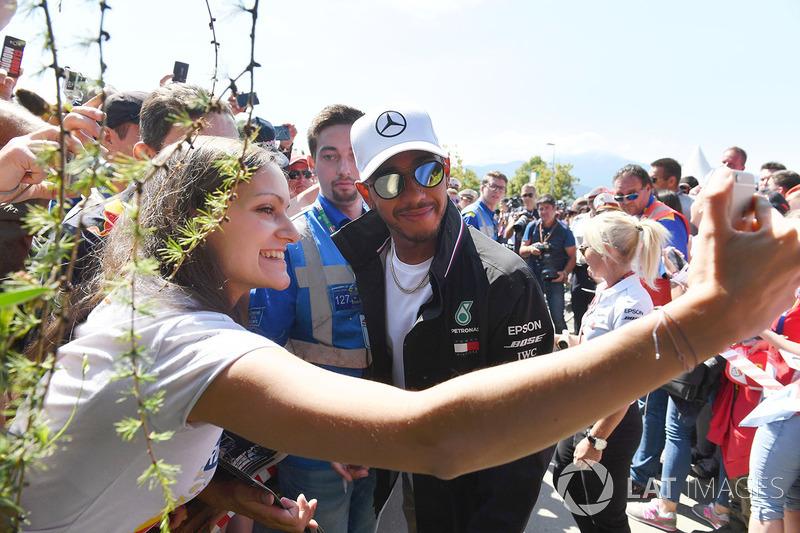 Lewis Hamilton, Mercedes-AMG F1 fait un selfie avec les fans