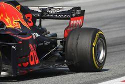 Daniel Ricciardo, Red Bull Racing RB14, pęcherze na tylnej oponie