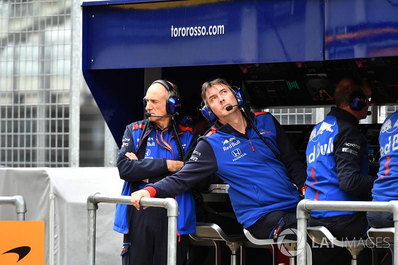 Franz Tost, Team Principal, Scuderia Toro Rosso e James Key, Direttore Tecnico, Scuderia Toro Rosso, al muretto box