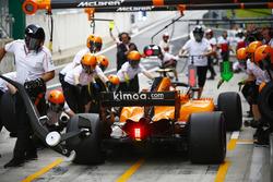 Stoffel Vandoorne, McLaren MCL33, makes a pit stop