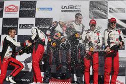 Podium: winnaars Sébastien Ogier, Julien Ingrassia, M-Sport Ford, tweede plaats Ott Tanak, Martin Jä