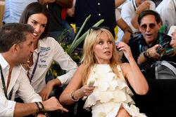 Kylie Minogue observa la carrera