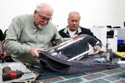 Jeff Horton, directeur de l'ingénierie et de la sécurité de l'IndyCar et le Dr. Terry Trammell, consultant sécurité de l'IndyCar, installent un pare-brise sur la monoplace 2018
